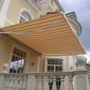 Маркизы, Маркизы используются в качестве навесов от солнца и дождя на фото