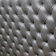 Обивка стен каретной стяжкой, драпировка ромбами, панели на стену из кожи. фото