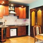 """2-х комнатный номер """"бизнес-класса"""" с кухней-столовой и спальней фотография"""