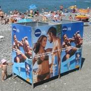 Реклама на пляжной кабинке для переодевания фото
