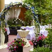 Оформление цветами и тканью стола молодоженов и гостевых столов в банкетном зале, Флористическое оформление торжеств фото