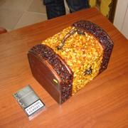 Шкатулка деревянная, инкрустированная янтарем фото