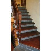 Лестницы деревянные с забежными ступенями на заказ фото