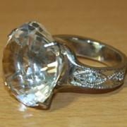 Сувенир Перстень с бриллиантом желтый в подарочной коробке, арт. 1484/5 фото