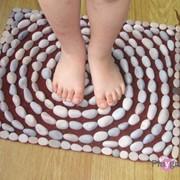 Массажные коврики из морских камушков фото