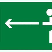 Эвакуационный знак, код E 04 Направление к эвакуационному выходу налево фото