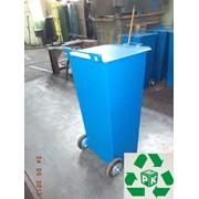 Металлическая мусорная урна на колесах фото