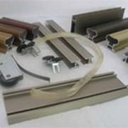 Алюминиевые направляющие и ходовые профили, профиль-ручки, направляющие и ходовые ролики, междверные щётки, уплотнители, стопоры, заглушки.