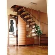 Лестницы комбинированные Г-образная в плане с деревянными проступями и комплектующими из нержавеющей стали. фото