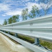 Односторонне мостовое металлическое барьерное ограждение. фото
