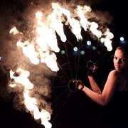 Огненное акробатическое шоу фото
