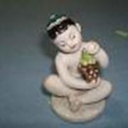 Мальчик с виноградом,7см. фарфор фото