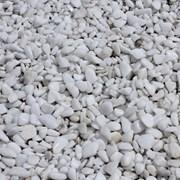 Галька мраморная белая фото