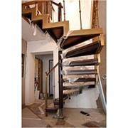 Лестница с опорным столбом и ступенчатой тетивой фото