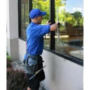 Мойка окон, мытье окон с использованием услуг промышленных альпинистов фото