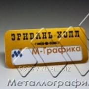 Скругленный бейдж с окошком и графикой на золотом фоне фото
