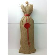 Бутылка винная в индивидуальном мешочке из мешковины, оформлена красным атласным шнурком на горловине с сургучной печатью. Инициалы которой изготавливаются под заказ фото