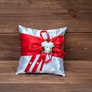 Свадебная подушечка для колец с красной лентой фото