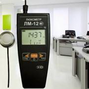Измерение освещенности рабочего места фотография