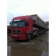 Доставка грузов самосвалами, средне- и крупнотоннажным автотранспортом грузоподъемностью до 50 тонн. На выбор 2 и 3-х осные тягачи с полуприцепами-самосвалами от 33 до 45 куб.м. фото