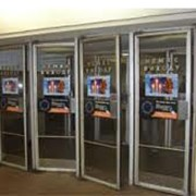 Реклама на дверях входа и выхода метрополитена фото