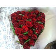 Inima din trandafiri rosii фото