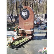 Мемориальный комплекс с фигурным надгробием и цветником фото