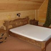 Кровать и тумбочки из дерева фото