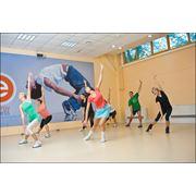 Тренировки аэробные силовые тренировки мини-боди классы тренировки танцевальные единоборства. фото