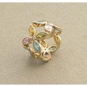 Кольцо золотое с синтетическими камнями. фото