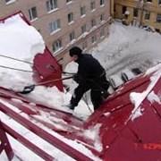 Убрка  снега с  крыш зданий в  Астане фото