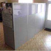 Перегородки офисные из прозрачного или тонированного стекла для ограждения рабочих мест персонала фото