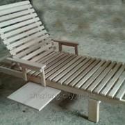 Шезлонг деревянный со столиком и подлокотниками фото