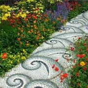 Создание мозаичных рисунков из гальки в саду фото