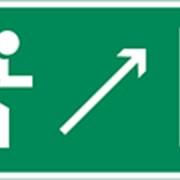 Направление к эвакуационному выходу направо вверх фото