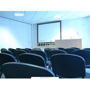 Технически оборудованный конференц-зал фото
