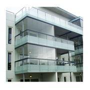 Безрамное остекление балконов с использованием конструкции из закаленного стекла фото