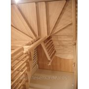 Ясеневая лестница с поворотом на 180 градусов, с чередующимся профилем балясин фото