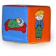 Детские игрушки. Кубик - погремушка. Что малыш делает? фото