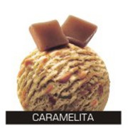 Карамельное мороженое с карамельным соусом и карамельками фото