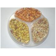 Ассорти арахиса на тарелке фото