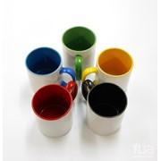 Кружка керамическая белая с цветной ручкой и цветом внутри в индивидуальной упаковке фото