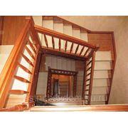 Деревянные лестницы с поворотной площадкой. фото