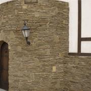 Фасад здания из природного `камня-дикаря` (песчаника). Услуги по обтесыванию камня фото