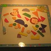 Детская деревянная магнитная доска 30на30 с фигурками и маркером для рисования. фото