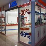 Художественное оформление витрин магазинов, рекламное оформление витрин фото