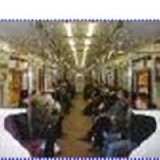 Реклама на висячих ручках в вагонах метро фото