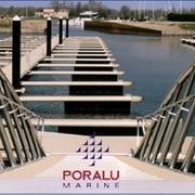 Понтонные системы Poralu Marine. PORALU MARINE является мировым лидером в строительстве понтонов и оборудования для яхтенных стоянок. Проектирование, производство и продажу алюминиевых понтонов. фото