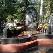 Мемориальный комплекс с закругленным памятником фото