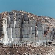 Мраморный блок из карьера фото